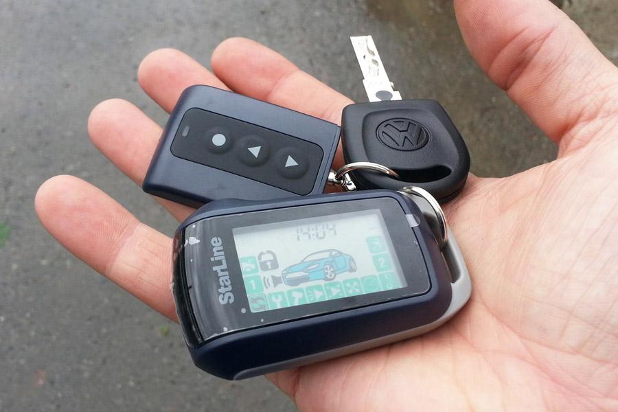 Автовладелец держит в руке ключи от автомобиля