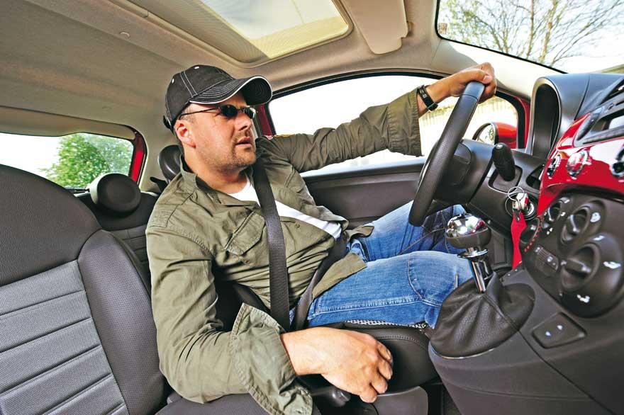 Как правильно сидеть за рулем автомобиля