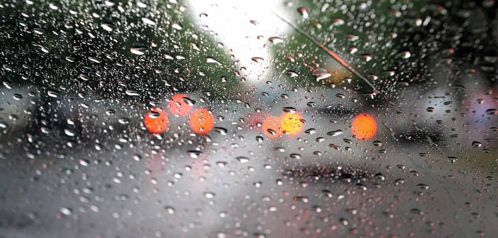 Капли дождя на лобовом стекле