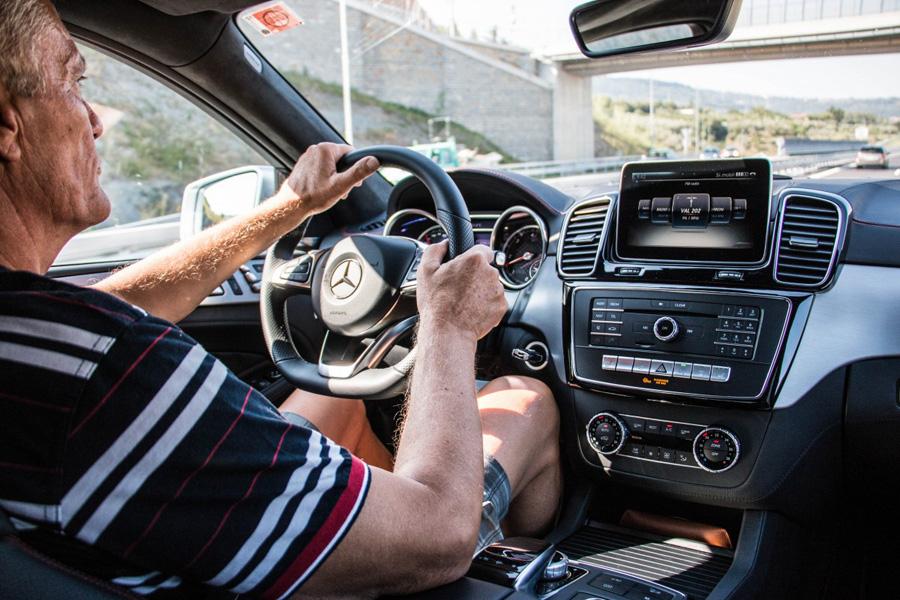 Опытный водитель за рулем автомобиля