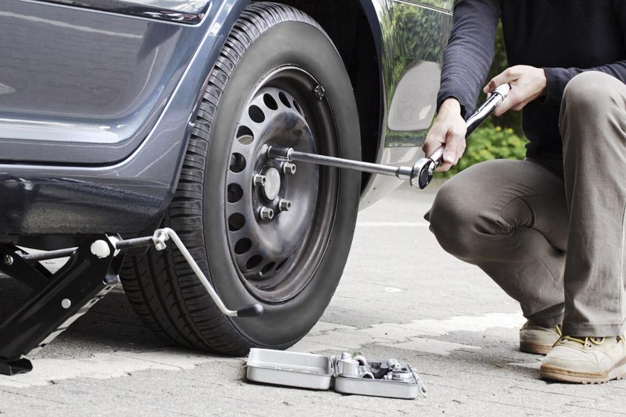 Замена колеса автомобиля