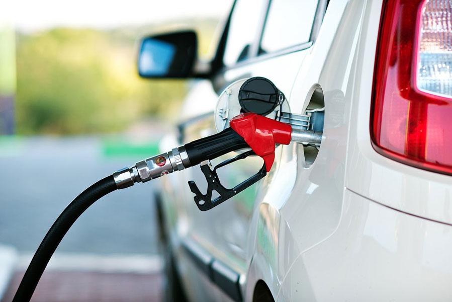 Заправка бака автомобиля бензином