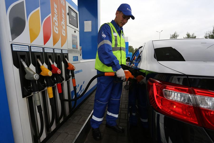 Заправка бензином автомобиля на АЗС