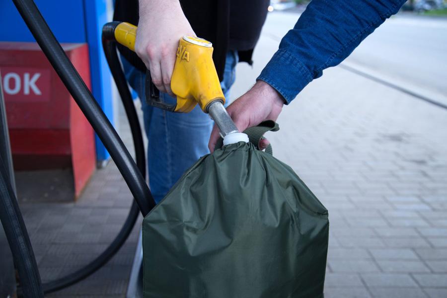 Заправка канистры бензином на АЗС