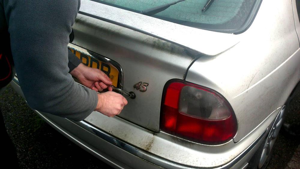 Демонтаж замка багажника авто