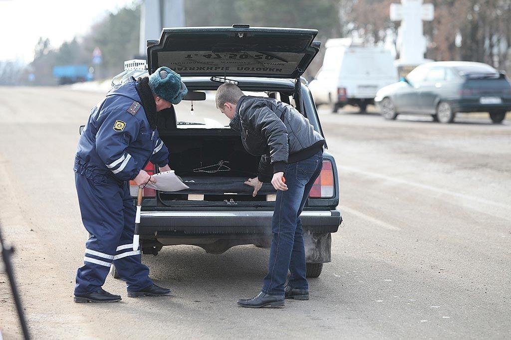 Изображение - Имеет ли право инспектор дпс проверять багажник dosmotr-bagazhnika-avto