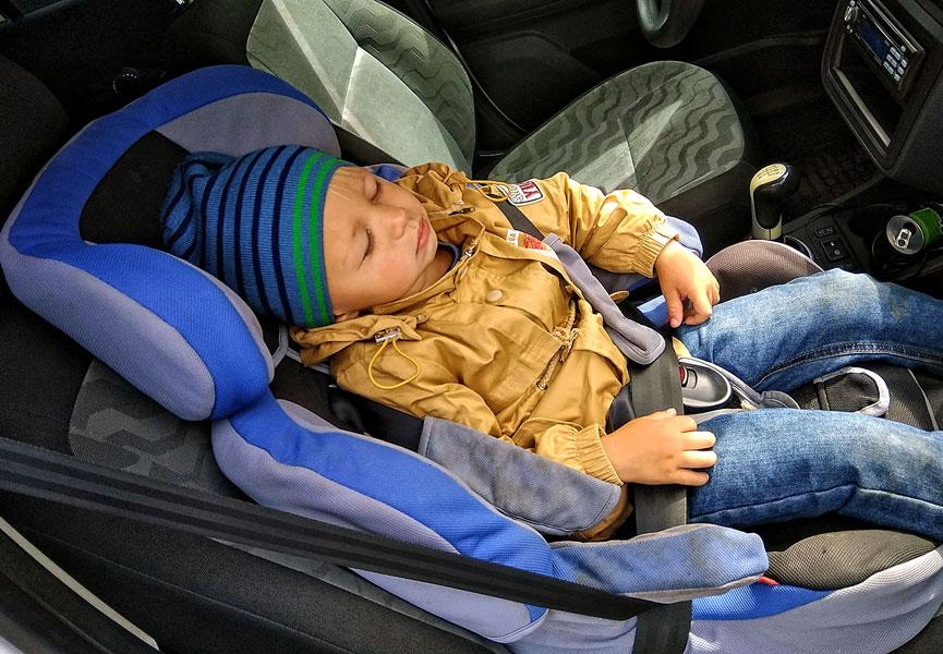 Перевозка ребенка на переднем сидении