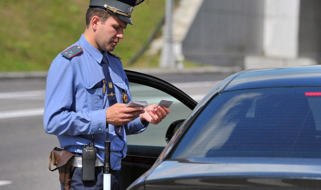 Проверка документов водителя сотрудником ДПС