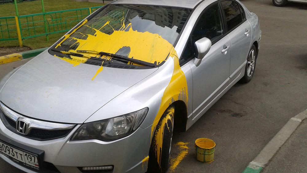 Разукрасили автомобиль краской
