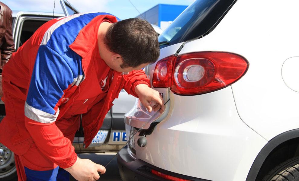 Вскрывание двери автомобиля с помощью проволоки