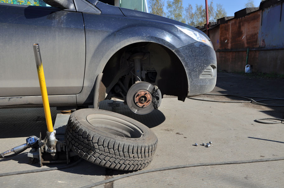 Замена колеса автомобиля на дороге