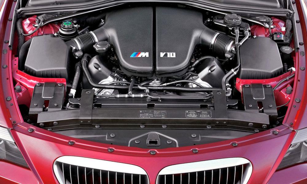 Двигатель под капотом машины