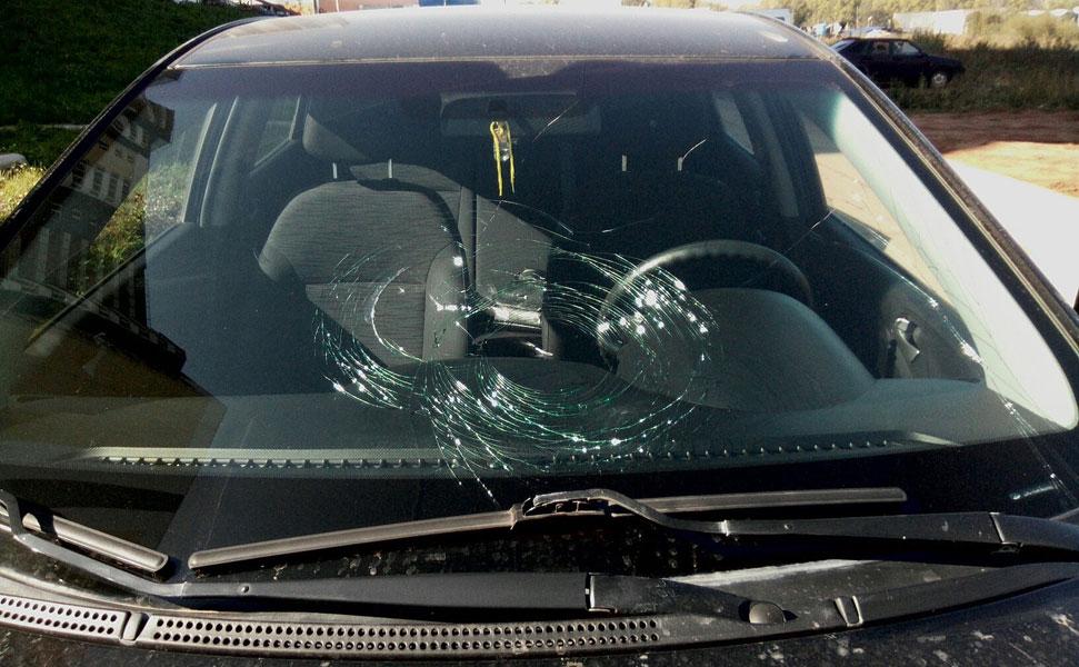 В лобовое стекло машины попал камень
