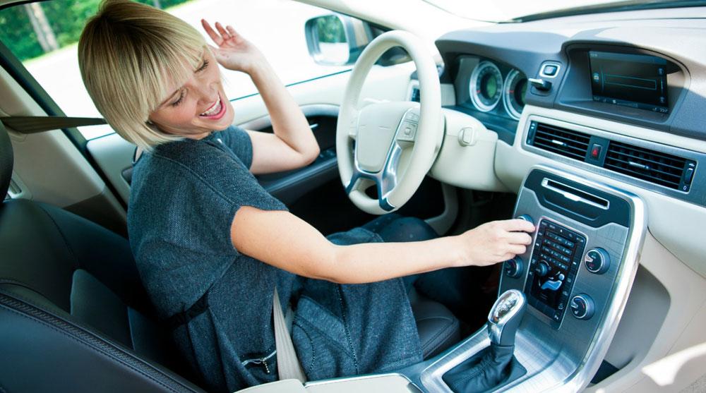 Девушка слушает радио в машине