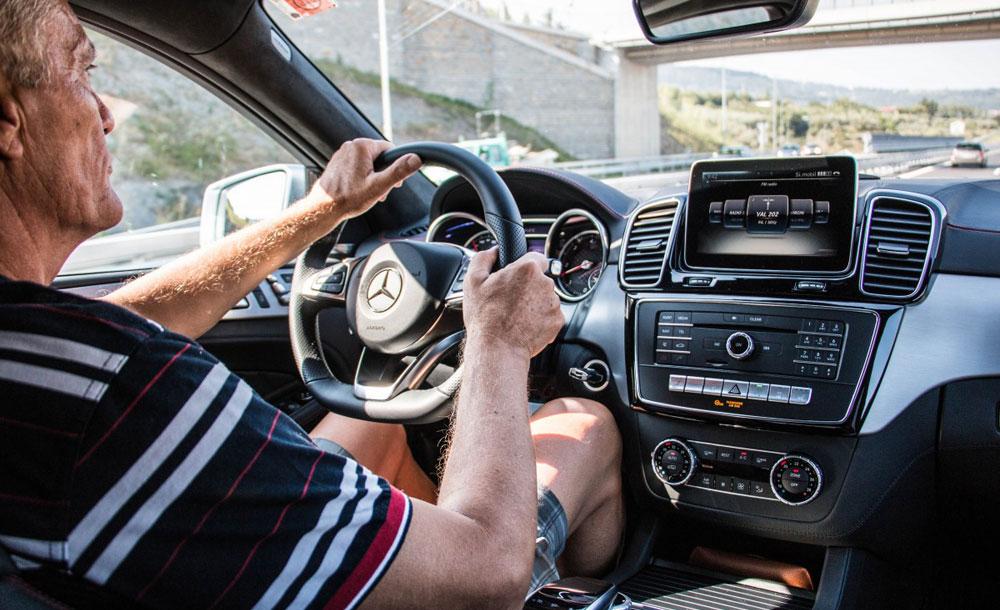 Водитель за рулем машины