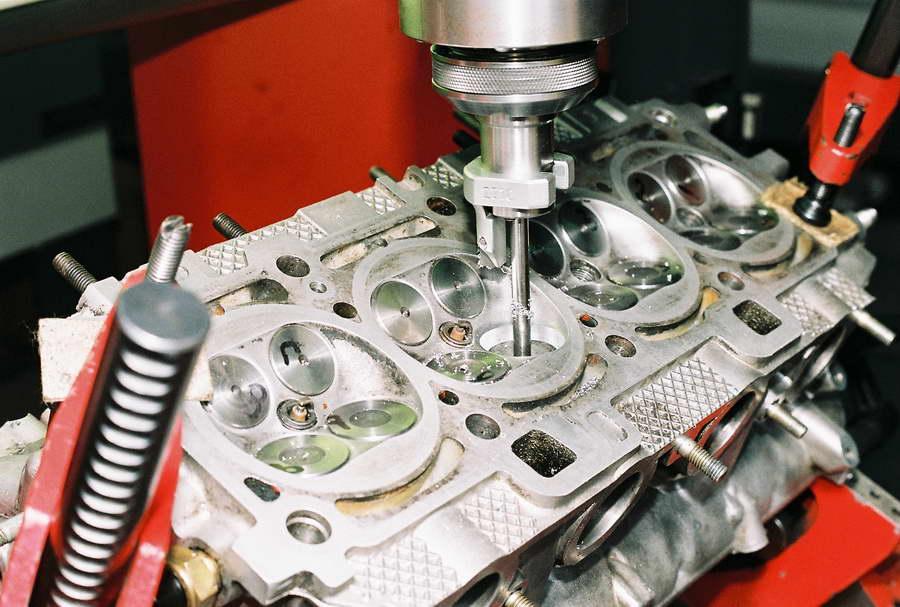 Двигатель с форкамерным зажигаением