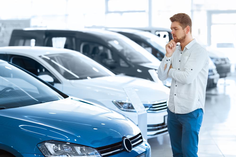 Покупатель выбирает авто