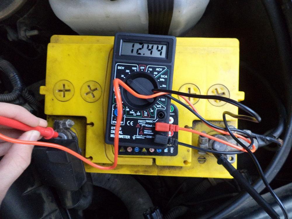 Проверка заряда аккумулятора мультиметром
