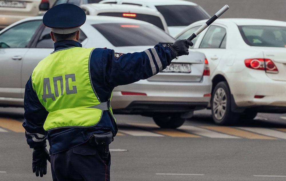 Инспектор ГИБДД останавливает автомобиль