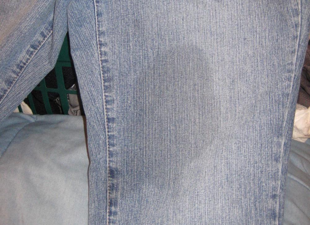 Пятно на джинсах