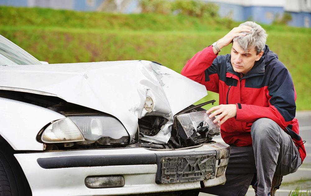 Разбитая машина и человек
