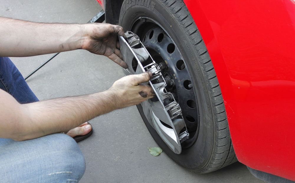 Замена колпаков на колесе автомобиля