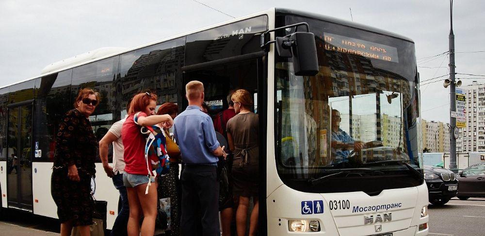 Пассажиры на остановке
