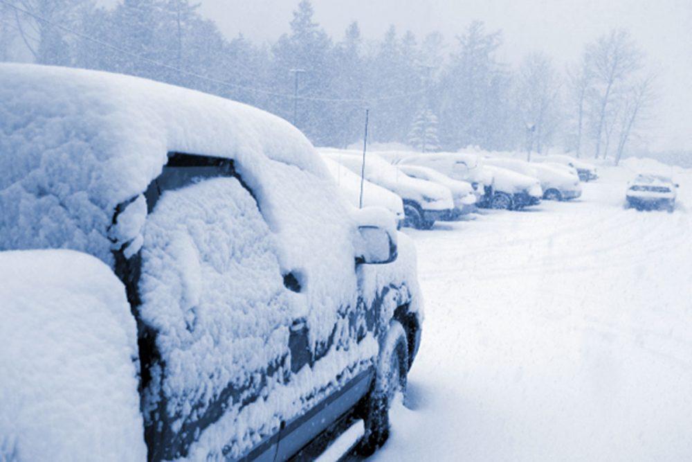 Машина покрыта снегом