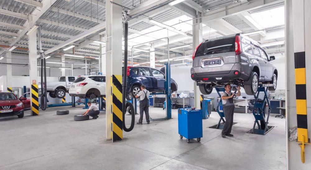 Специалисты чинят автомобили в сервисе