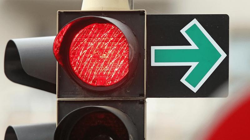 Допстрелка зелёного цвета параллельно с красным сигналом светофора
