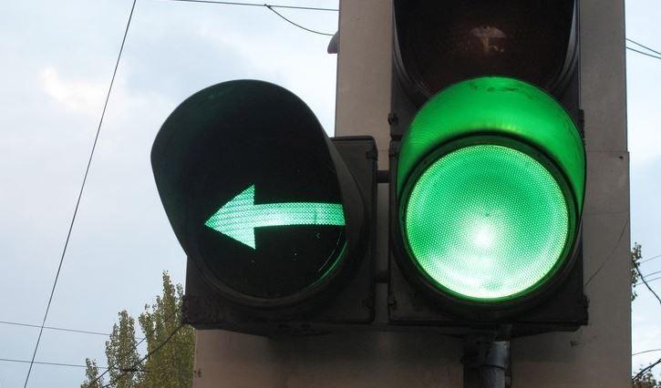 Стрелка и сигнал зелёного цвета