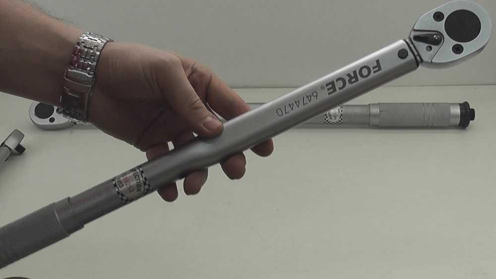 Динамометрический ключ для откручивания болтов
