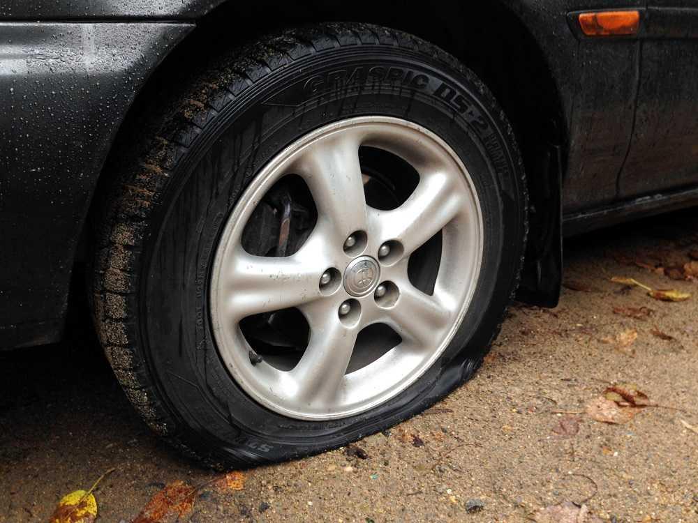 Спустило колесо автомобиля