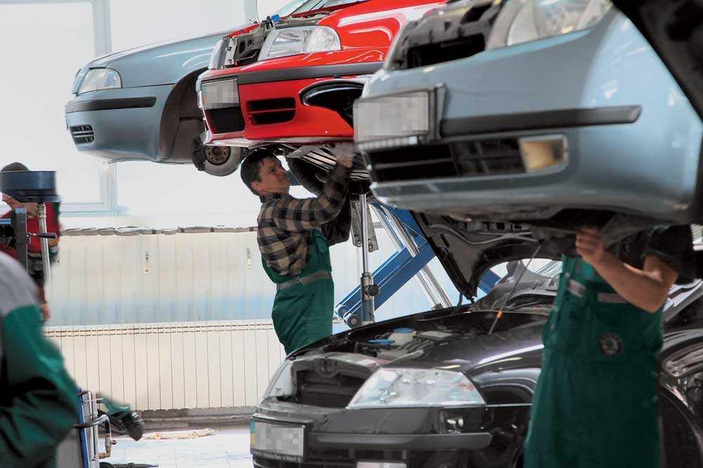 Специалисты проверяют авто на наличие неисправностей