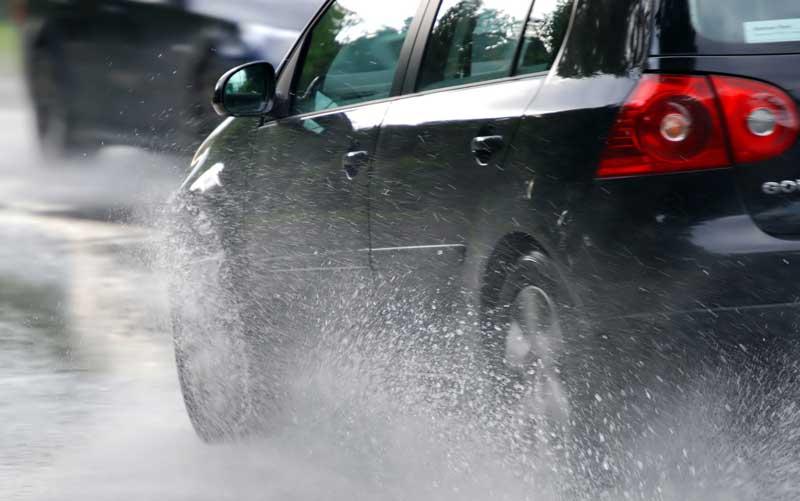 Езда на автомобиле во время дождя