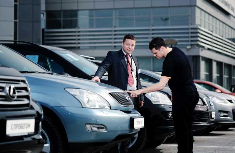 Покупатель и продавец машины