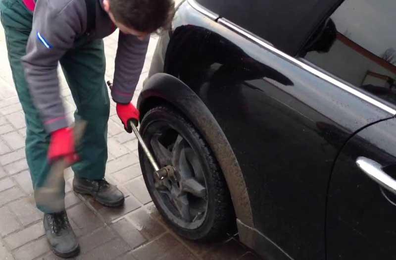Простукивание колеса автомобиля