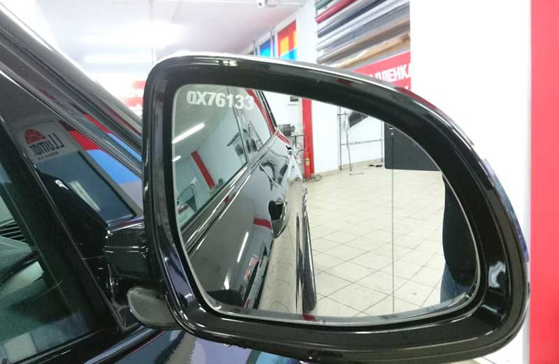 Противоугонная маркировка на зеркале авто