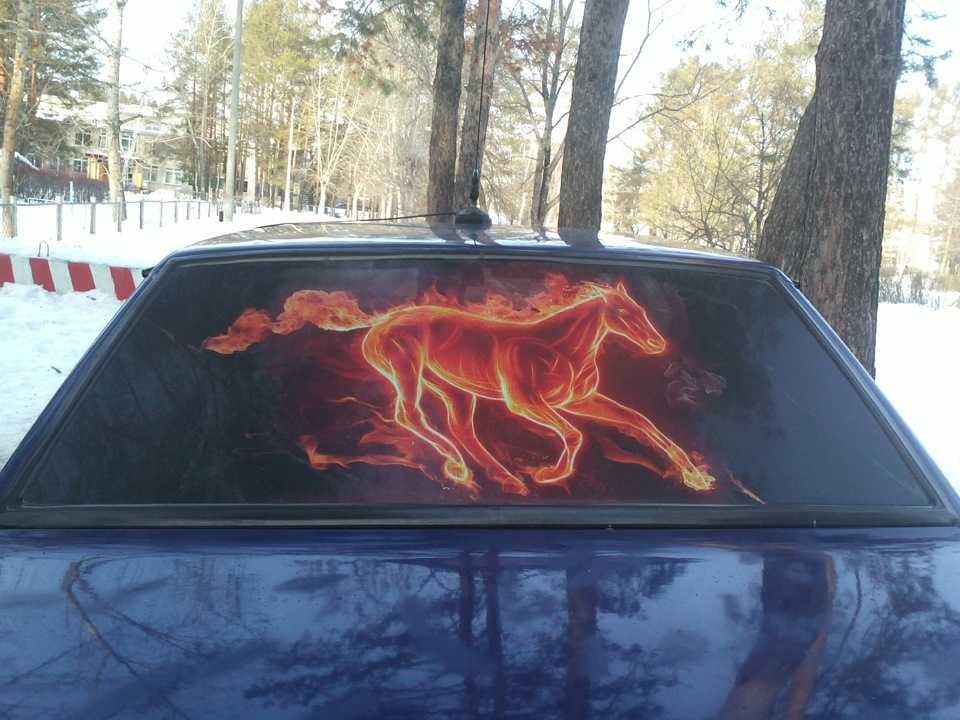 Рисунок на заднем стекле автомобиля