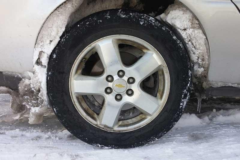Снег и наледь на колесе