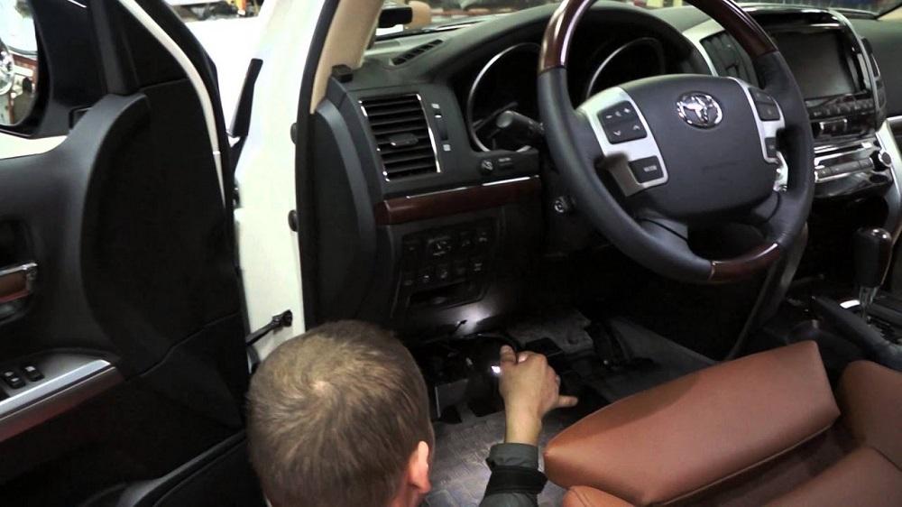 Процесс установки подсветки ног в машине