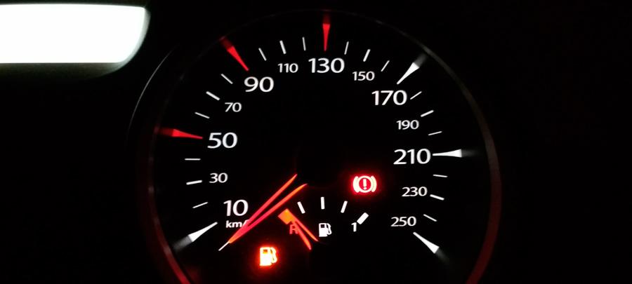 авто стрелка указывает, что топлива нет