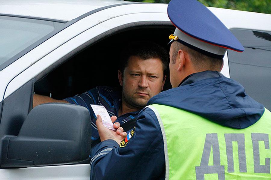 Сотрудник ГИБДД и водитель