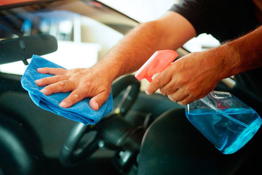 Мытье стекла автомобиля